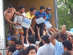 2007 Tabasco flood - People receiving water from a rescue group