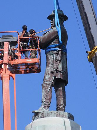 Mitch Landrieu - Workers secure the Robert E. Lee statue for removal from Lee Circle, May 19, 2017