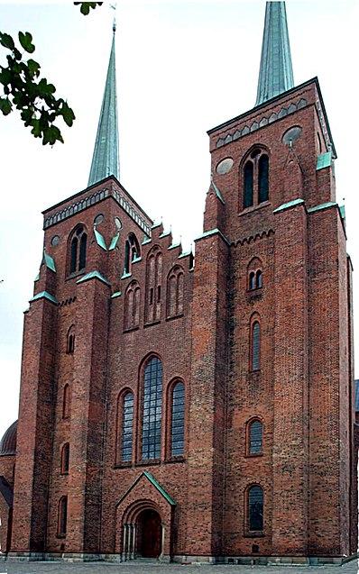 http://upload.wikimedia.org/wikipedia/commons/thumb/d/d9/Roskilde_domkirke_west_fassade.jpg/398px-Roskilde_domkirke_west_fassade.jpg