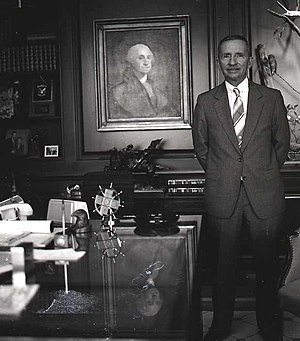 Ross Perot presidential campaign, 1992 - Perot stands next to a portrait of George Washington at his office in 1986.