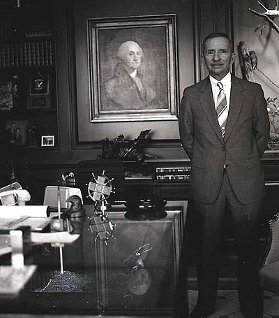 Perot with a portrait of George Washington in his office in 1986 Ross Perot Allan Warren.jpg