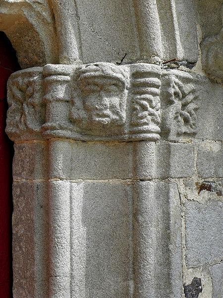 Église Saint-Uniac, commune de Saint-Uniac (35). Ébrasement droit de la porte du croisillon sud.