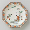 Schaal, achthoekig, met polychrome decoratie met o.a. man, kind met kookpot, vrouw en twee bamboestengels en guirlandes langs de rand.-Rijksmuseum BK-1989-8.jpeg