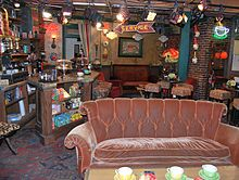 Il Central Perk, caffetteria e ritrovo abituale dei protagonisti. Qui, in un crossover della prima stagione, Jamie e Fran di Innamorati pazzi incontrano Phoebe di Friends, scambiandola per la sorella gemella Ursula.