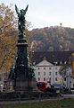 Siegesdenkmal in Freiburg mit Karlskaserne und Schlossbergturm.jpg