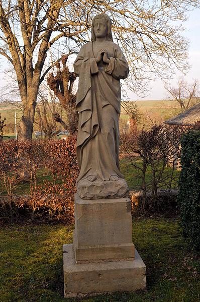 Statu vum Hellegen Apostel Johannes bei der Kapell am Prisong zu Giwenech. Dës Skulptur huet wahrscheinlech mol zu enger Kräizegungsgrupp gehéiert.