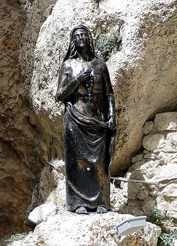 https://upload.wikimedia.org/wikipedia/commons/thumb/d/d9/Statue_of_Saint_Thecla%2C_Maaloula.jpg/345px-Statue_of_Saint_Thecla%2C_Maaloula.jpg