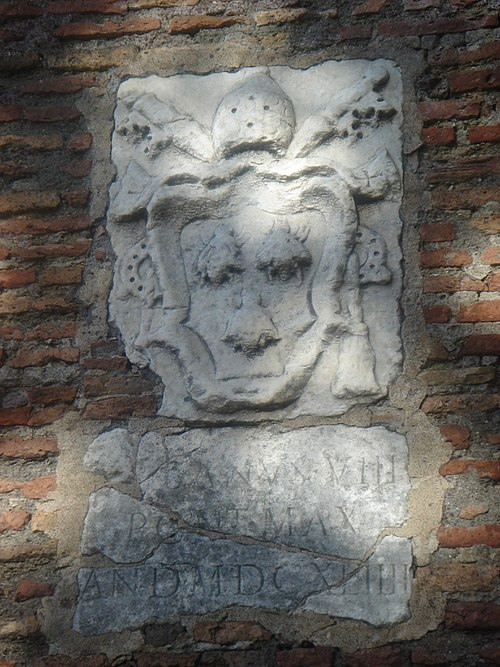 The coat of arms of Pope Urban VIII along the Janiculum walls Stemma di Urbano VIII sulle mura gianicolensi 01747.JPG
