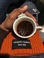 Tasse de café sur un bonnet Wikipedia x Snøhetta orange.jpg