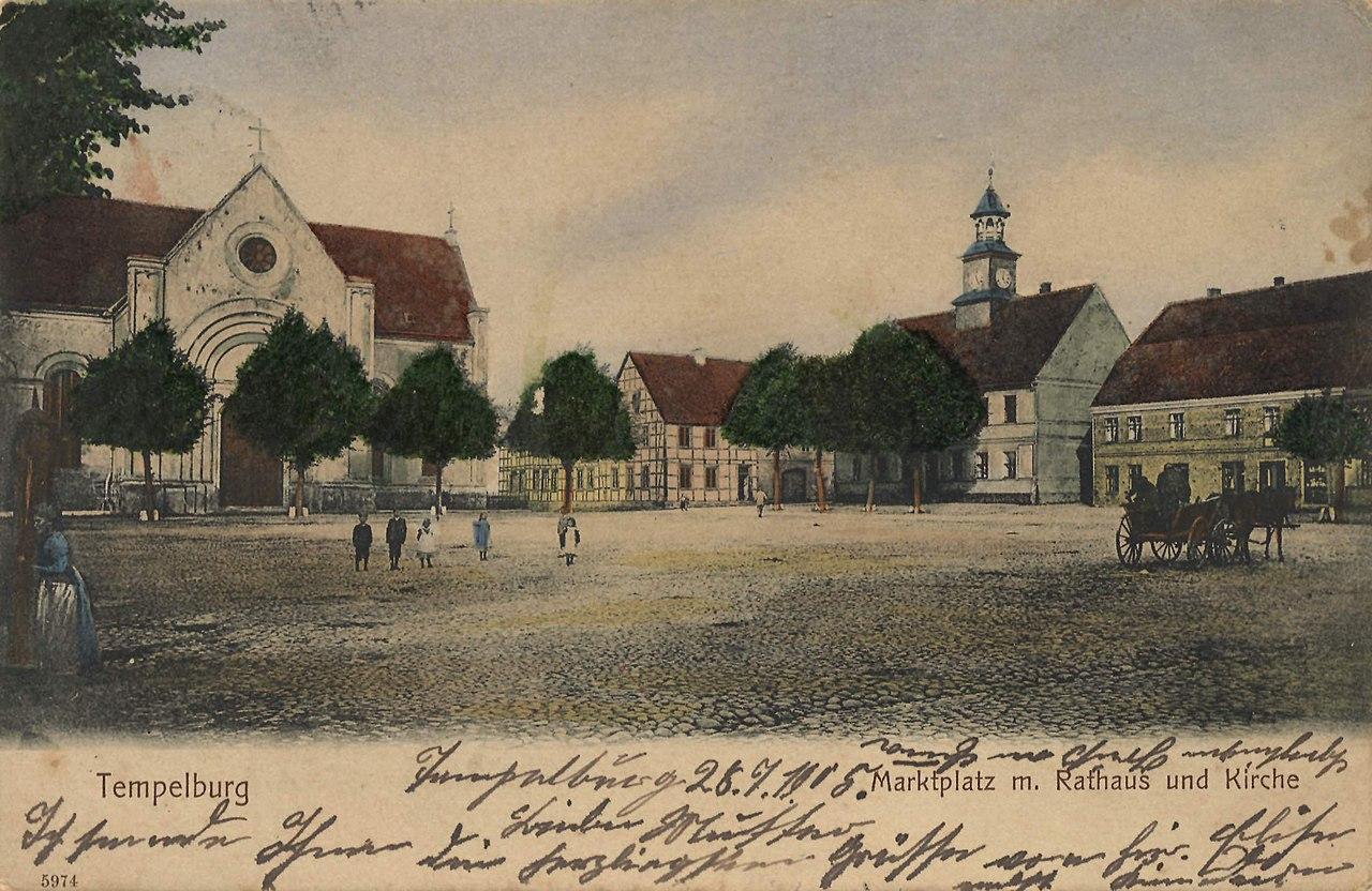 Tempelburg, Pommern - Marktplatz mit Rathaus und Kirche (Zeno Ansichtskarten).jpg