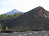 Wulkan El Pico del Teide 3718 m n.p.m. - na drugim planie, z widocznymi płatami śniegu