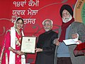 The Vice President, Shri Mohd. Hamid Ansari presenting the National Youth Award 2007-08 to Km. Ravneet Kaur from Punjab, at the inaugural ceremony of the 14th National Youth Festival, in Amritsar, Punjab on January 12, 2009.jpg