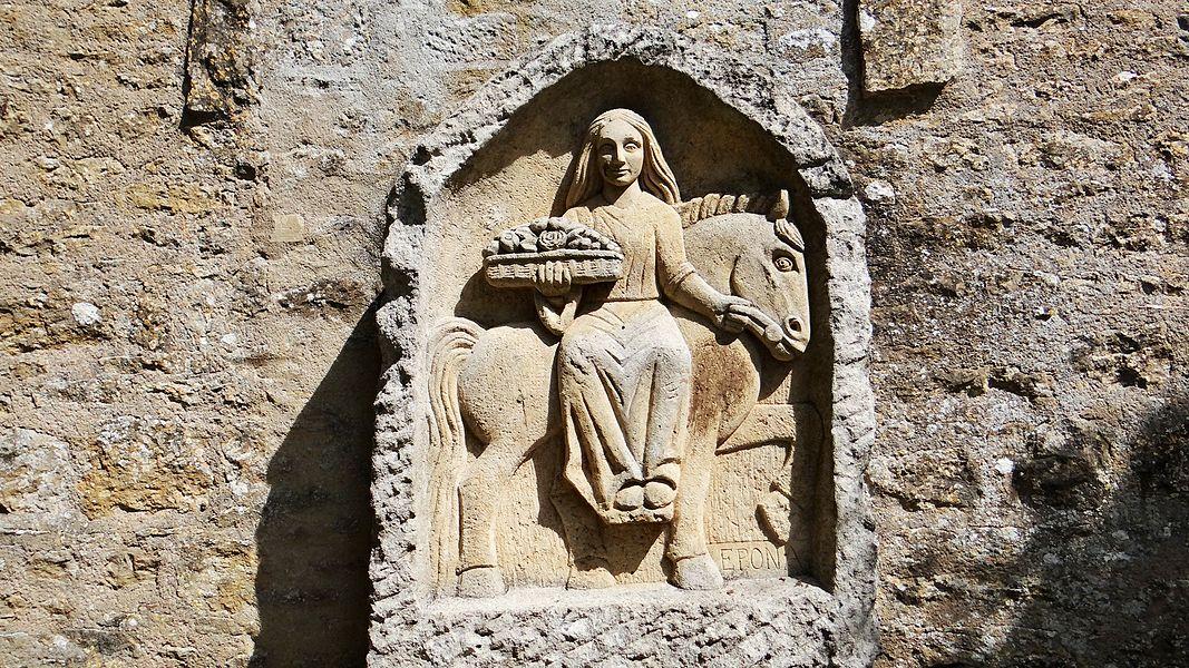 Lavoir de Fontenilles, Thisy, statue de la divinité gauloise Epona