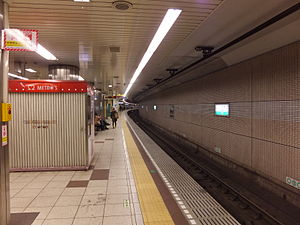 Nogizaka Station - View of the platforms in December 2013