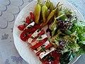 Tomates mozzarella, accompagnées de piments et d'une salade verte composée 03.jpg