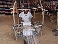 Un tisserand au travail au musée national de Niamey.jpg