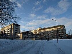 Akademiska sjukhuset i Uppsala sett från sportanläggningen Studenternas IP i närheten.