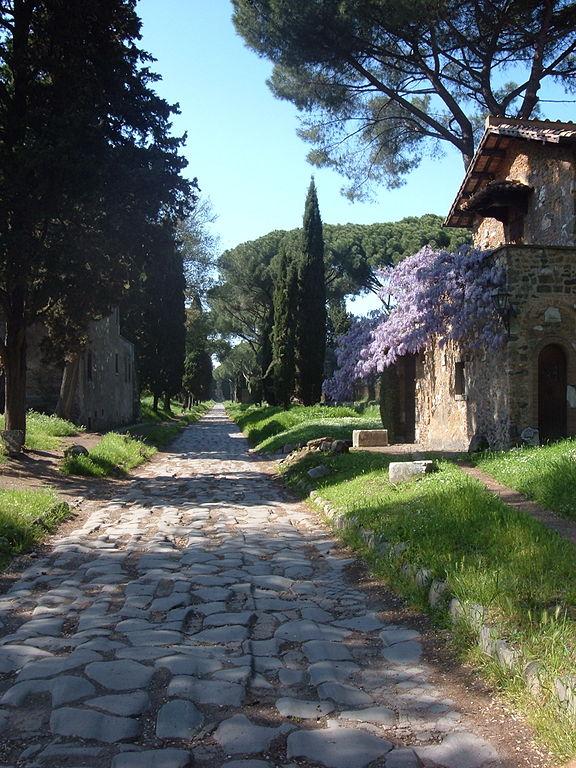 Via Appia en la actualidad, a su paso por Roma. Fuente: Wikipedia
