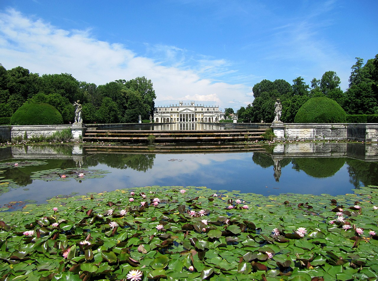 https://upload.wikimedia.org/wikipedia/commons/thumb/d/d9/Villa_Pisani_-_Il_retro_della_villa_con_il_parco_e_la_piscina.jpg/1280px-Villa_Pisani_-_Il_retro_della_villa_con_il_parco_e_la_piscina.jpg