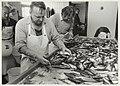 Visbedrijf Pronkvis, IJmuiden. Het met de hand sorteren van haring. NL-HlmNHA 54015469.JPG
