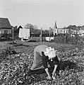 Vrouw tuiniert in moestuin, Bestanddeelnr 901-0054.jpg