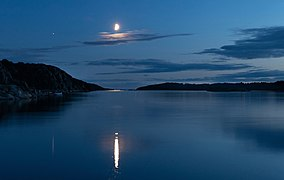 Waxing half moon over Brofjorden 1.jpg