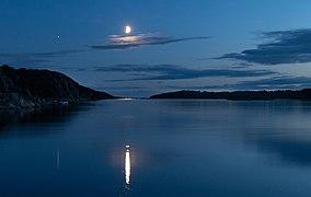 Waxing half moon over Brofjorden 1.jpg