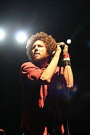 Zack de la Rocha cantando con Rage Against the Machine en el festival de música de Coachella 2007.