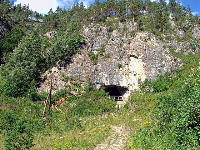 Entrada de la Cueva Denísova