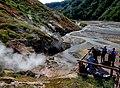 Туристы в долине реки Гейзерной у гейзера Большой.jpg