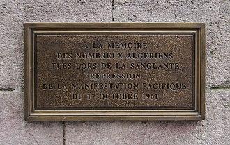 Caché (film) - A commemorative plaque to the massacre at Pont Saint-Michel.