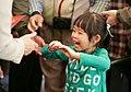 01.29 小朋友開心地從總統手中接下福袋 (32583569815).jpg