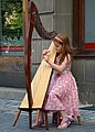 02015 Kleines Mädchen an Harfe, Biala.JPG