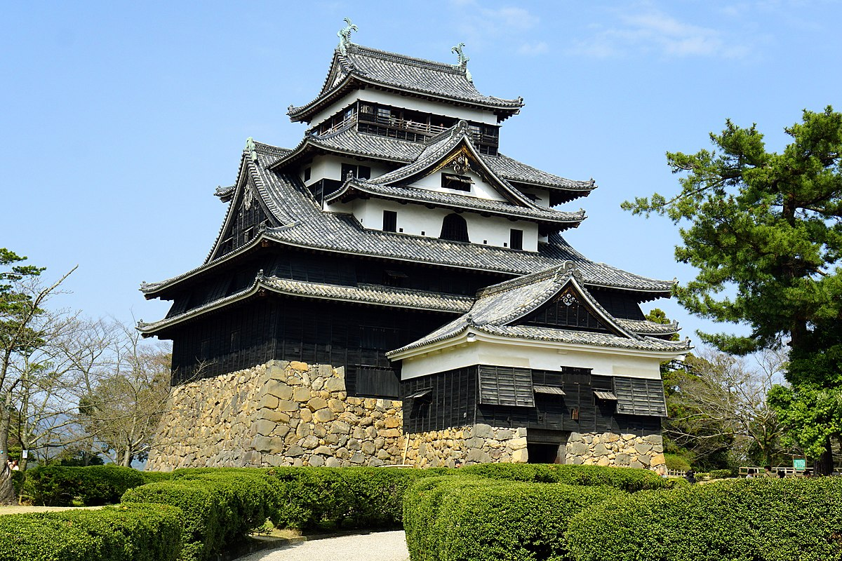 https://upload.wikimedia.org/wikipedia/commons/thumb/d/da/150321_Matsue_Castle_Matsue_Shimane_pref_Japan01bs.jpg/1200px-150321_Matsue_Castle_Matsue_Shimane_pref_Japan01bs.jpg