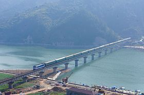 201701 JWR-DF4B hauls 25B coaches on Jinhua–Wenzhou Railway over Daxi River.jpg