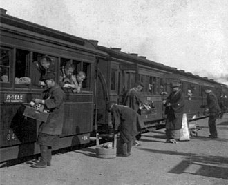 Ekiben - Ekiben vendors serving train passengers in 1902