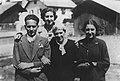 ABarolini con madre e sorelle.jpeg