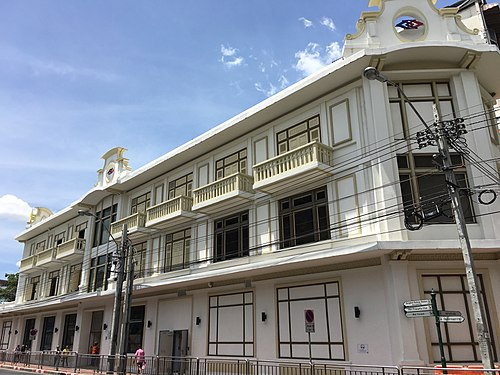 A 3 storeys building at Wat Mangkon Station.jpg