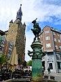 Aachen – Hühnermarkt. Der Hühnerdieb-Brunnen vor dem Granusturm - panoramio.jpg