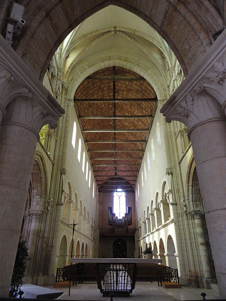 Nef de l'abbatiale Saint-Pierre-et-Saint-Paul de Montier-en-Der. Vue depuis derrière l'autel principal.