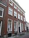 foto van Hoog statig huis met rechte kroonlijst