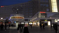 Fichier:Alexanderplatz by the night - ProtoplasmaKid.webm