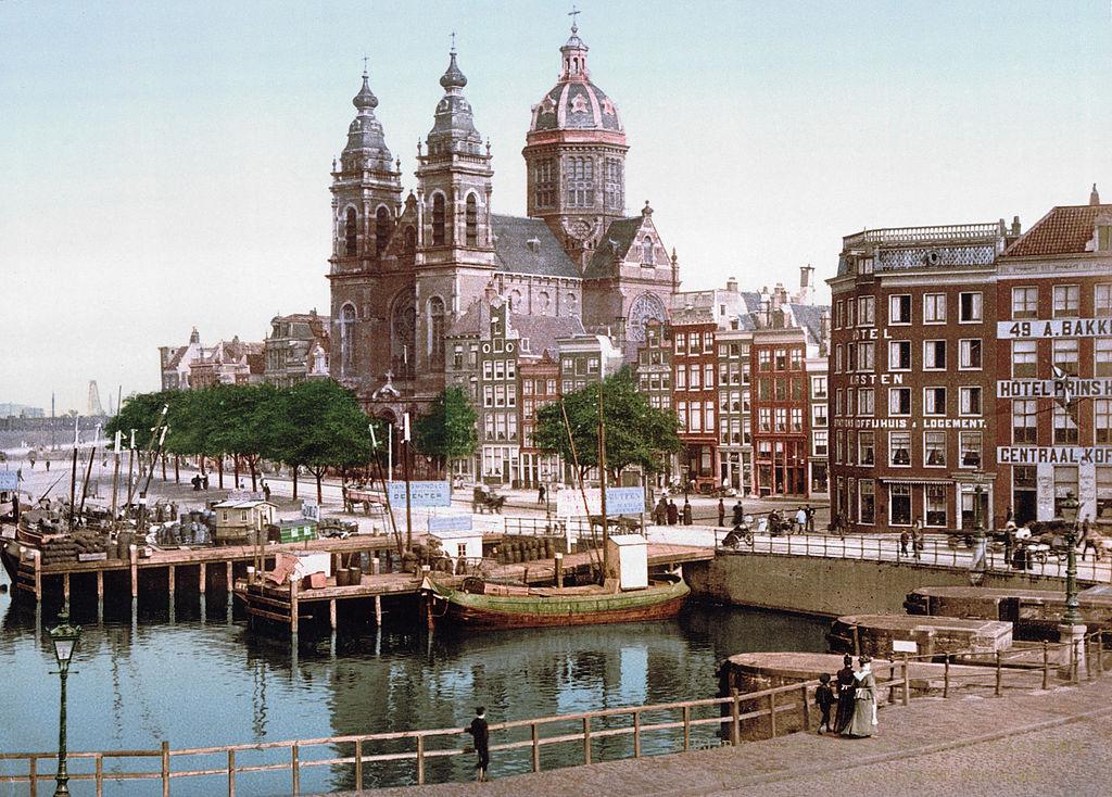 > Eglise St Nicolaaskerk à Amsterdam en 1900.