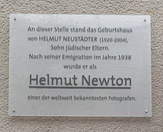 Helmut Newton - Plaque of his birthhouse in Schöneberg, Berlin. Translation: At this spot used to stand the birthhouse of HELMUT NEUSTÄDTER (1920–2004), son of Jewish parents. After his emigration in 1938 he became known as HELMUT NEWTON, one of the most famous photographers worldwide.