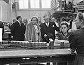 Bezoek koningin Juliana en prins Bernhard aan Gelderland. BezoekTiel jamfabriek, Bestanddeelnr 904-0700.jpg