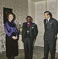 Bisschop Tutu op Huis ten Bosch tussen Koningin Beatrix en Prins Claus, Bestanddeelnr 253-8883.jpg