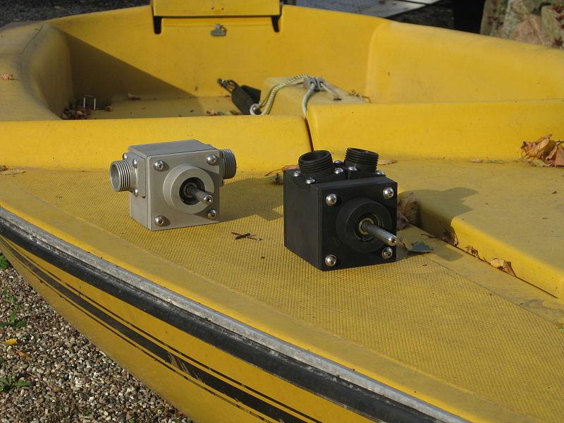 File:Bohrmaschinenpumpe am Boot.jpg