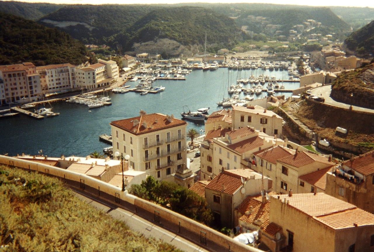 Vue du port de Bonifacio en Corse-du-Sud (France). (définition réelle 1722×1164*)