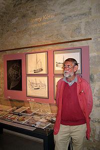 Brest 2012 Henry Kerisit devant ses bateaux.jpg