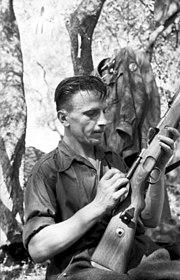 Bundesarchiv Bild 101I-316-1198-11, Italien, italienischer Soldat beim Waffenreinigen